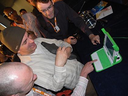Joe Clark bekijkt de $100 laptop met bewondering, op de @Media2007 in londen