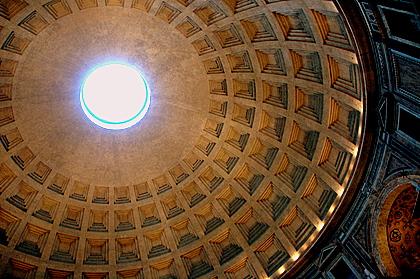 Pantheon in Rome, prachtige koepel met een gat helemaal bovenin waar het licht doorheen schijnt