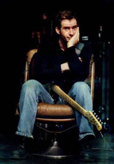 Foto van Jelle Kuiper in goede pose op stoel met Strat op schoot