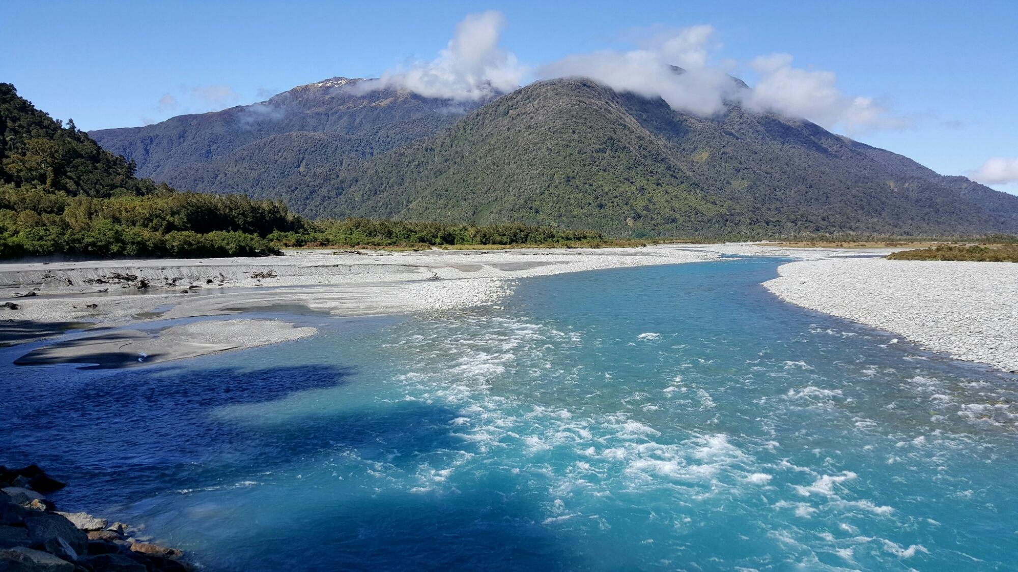 Opvallend blauw water van een rivier langs de weg ergens in Nieuw Zeeland